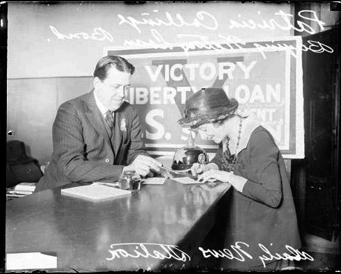 [Actress Patricia Collinge buying Victory Liberty Loan bonds from David R. Summers, Daily News service bureau]