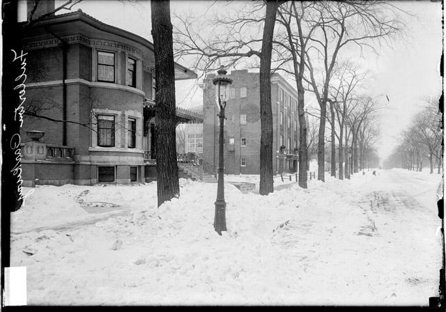 [Gas street light on West Fullerton Parkway, a house and apartment building are near the street light ]