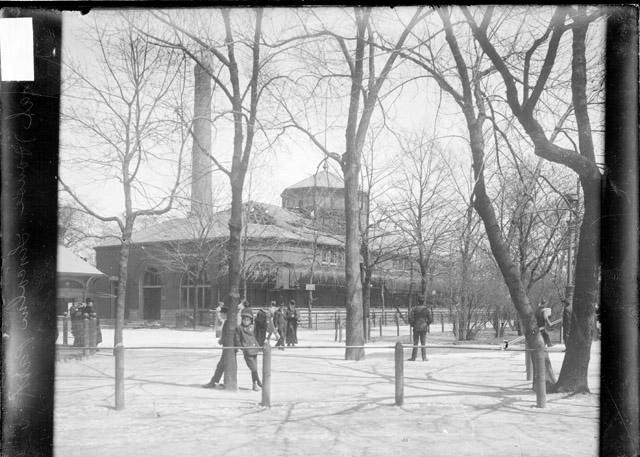 ecc animal house at the lincoln park zoo with pedestrians walk
