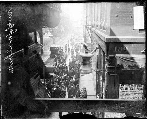 [Crowd in front of Chicago Daily News building during a stereotypers' strike as viewed from an elevated railroad platform]