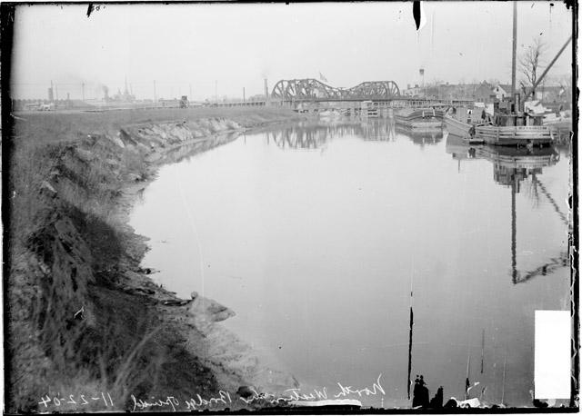 [Western Avenue Bridge over the North Branch of the Chicago River with boats]